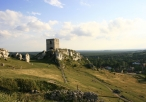 Widok na ruiny zamku oraz budynki mieszkalne w Olsztynie