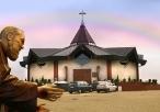 Figura Ojca Pio z sanktuarium w tle