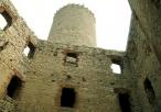 Widok z dziedzińca na wieżę więzienną