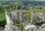 Widok na wieś Podzamcze z perspektywy ruin zamkowych