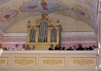 Widok na zabytkowe organy i chór kościelny