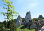 Ostańce skalne przed ruinami zamku
