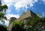 Widok od dołu na ruiny zamkowe