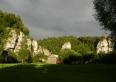 Widok z łąki na skały:Skamieniały Wędrowiec,Pochylce i Łamańce