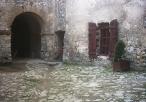 Lipowiec - zamek - fragment dziedzińca.