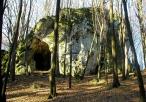 Widok z oddali na jaskinię Ostrężnik