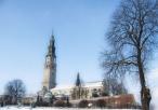 Widok na klasztor Jasnogórski w aurze zimowej