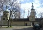 Wejście klasztorne wraz z widokiem na wieże na flance muru