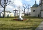 Klasztor Dominikanek figura oraz dzwonnica wewnątrz podwórza