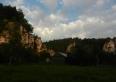 Widok z łąki na skały