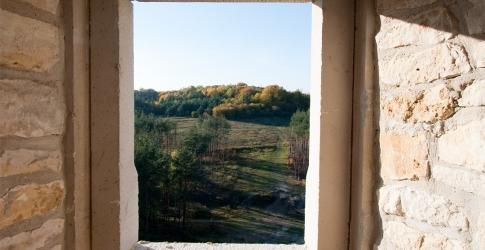 Zamek w Bobolicach - widok w kierunku zamku w Mirowie