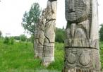 Figury drewniane nad rzeką w innym ujęciu